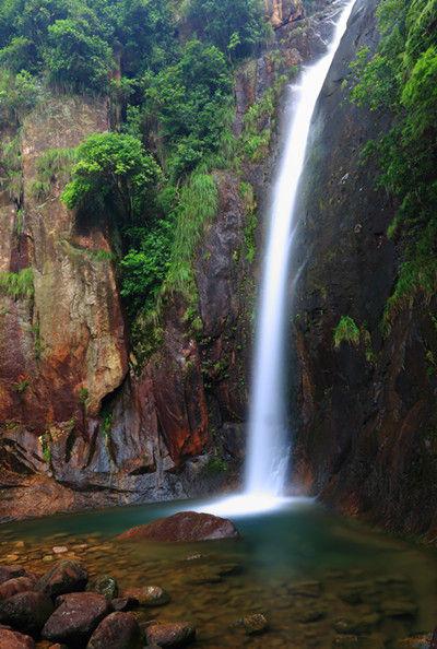 > 正文     岷岗风景名胜区是以澄澈碧透的瀑潭溪泉,雄秀葱郁的峰岩
